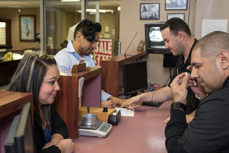 Clientes obteniendo efectivo por oro en nuestra casa de empeño en Kansas City