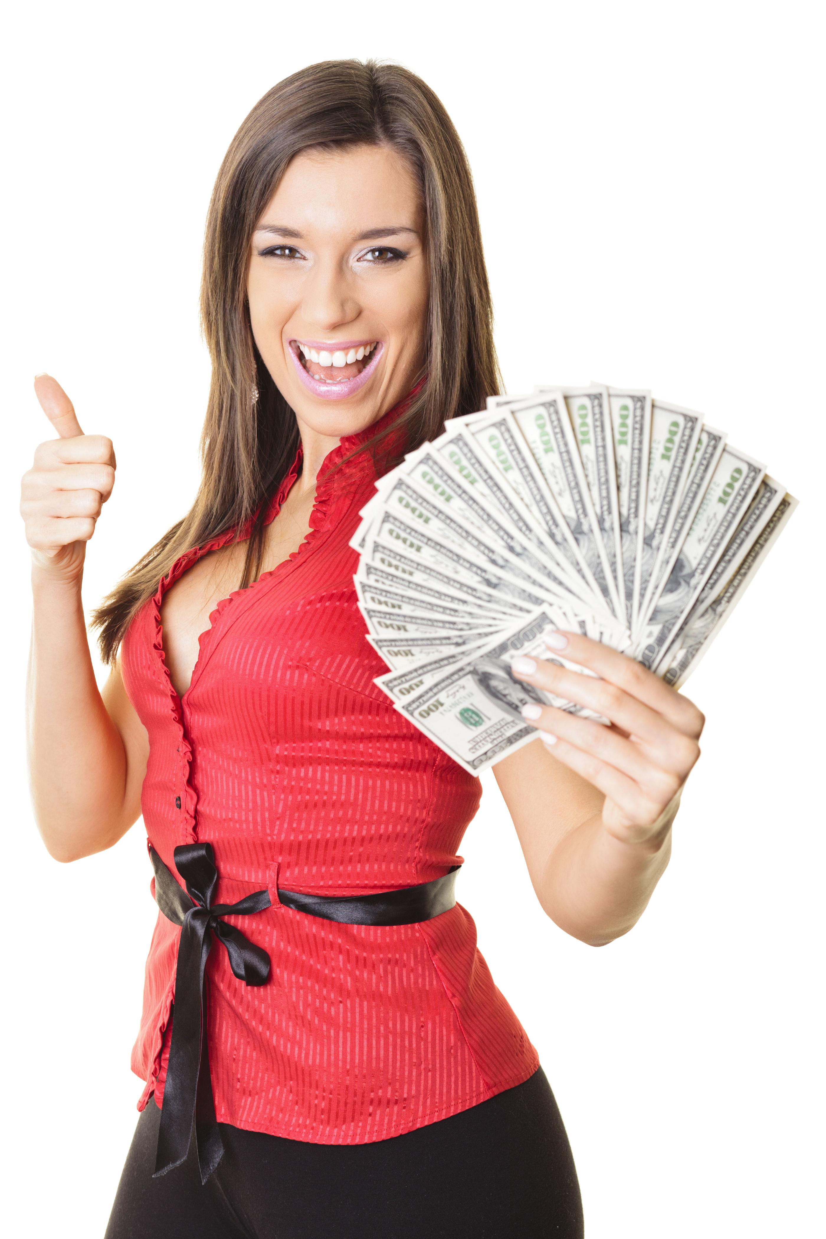 Mujer reciviendo dinero despues de empenar su joyeria de oro